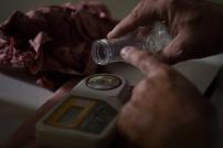 La teneur en sucre, et par déduction le degré alcoolique potentiel sont mesurés grâce à un appareil électronique appelé réfractomètre.