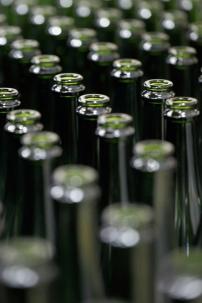 Arrivée des bouteilles vides sur la chaîne de tirage