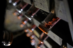 Visualisation des lies dans le goulot de la bouteille lors de la mise sur pupitres.